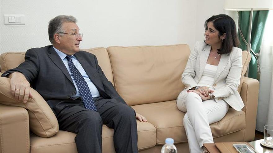 La presidenta del Parlamento de Canarias, Carolina Darias, conversa con el presidente de la Audiencia de Cuentas, Rafael Díaz. (EFE/Ramón de la Rocha)