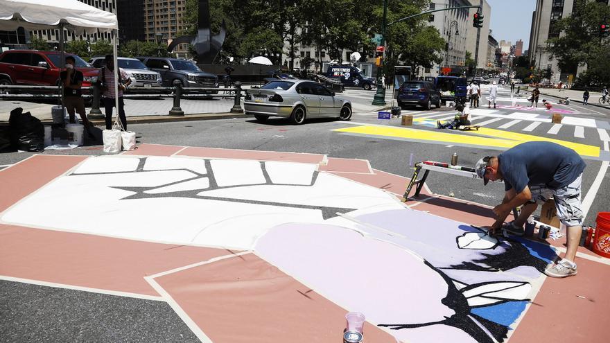 """Un artista pintan un enorme mural en el que se puede leer """"Black Lives Matter"""" (Las vidas de los negros importan), frente a la Corte Federal en la calle Centre, en el bajo Manhattan de Nueva York(EE.UU.), 2 de julio de 2020."""