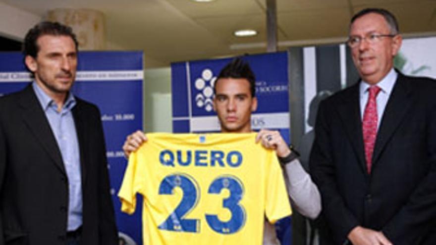 Quero posa con su nueva camiseta junto a Óscar Arias (izquierda) y Jorge Petit (derecha). (ACFI PRESS)
