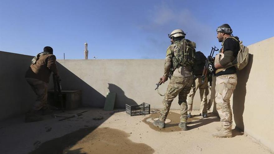Las fuerzas iraquíes luchan contra los yihadistas y el mal tiempo en Mosul