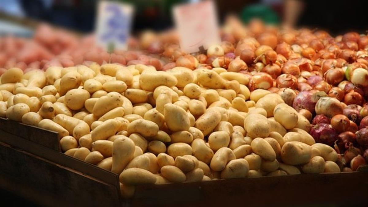 Papas y cebollas en un mercado