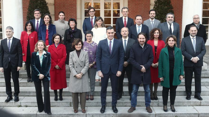 Foto de familia del presidente, los cuatro vicepresidentes y de los 18 ministros que componen el Gobierno de coalición del PSOE y Unidas Podemos en la XIV Legislatura antes de la celebración de la primera reunión del consejo de ministros en La Moncloa, en Madrid (España), a 14 de enero de 2020.