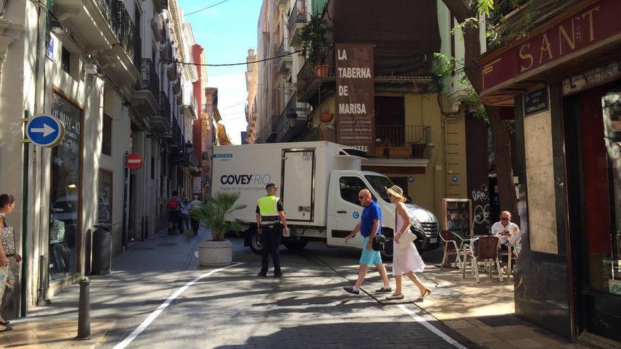 Una furgoneta hace maniobras para poder el giro de la calle Caballeros hacia la plaza del Horno de San Nicolás