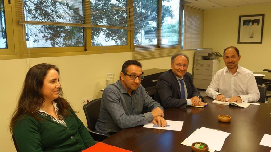El nuevo gerente de la Epsar, Augusto Montamarta, -primero por la derecha- junto al director de la Agencia Antifraude.