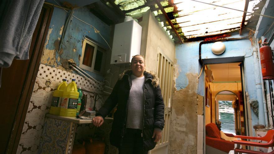 Argelis junto al calentador que le ha cambiado Cruz Roja