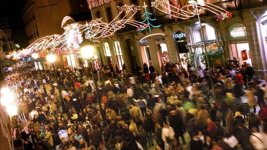 Caen parte de las luces de Navidad del céntrico Portal del Ángel de Barcelona