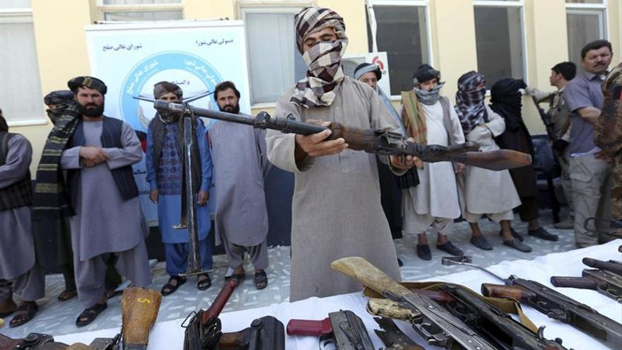 Imagen de archivo de una entrega de armas de exmilicianos talibanes durante una ceremonia de reconciliación en Herat, Afganistán, el pasado mes de agosto.