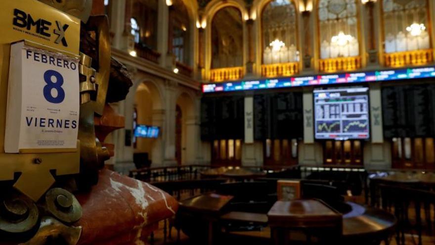 El IBEX 35 cae un 0,36 por ciento a mediodía y arriesga los 8.900 puntos