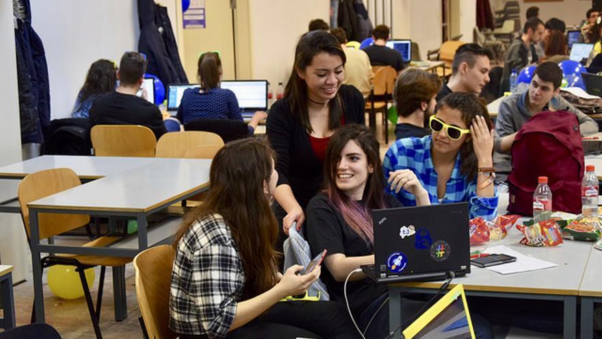 Participantes en un concurso de código del T3chFest 2017