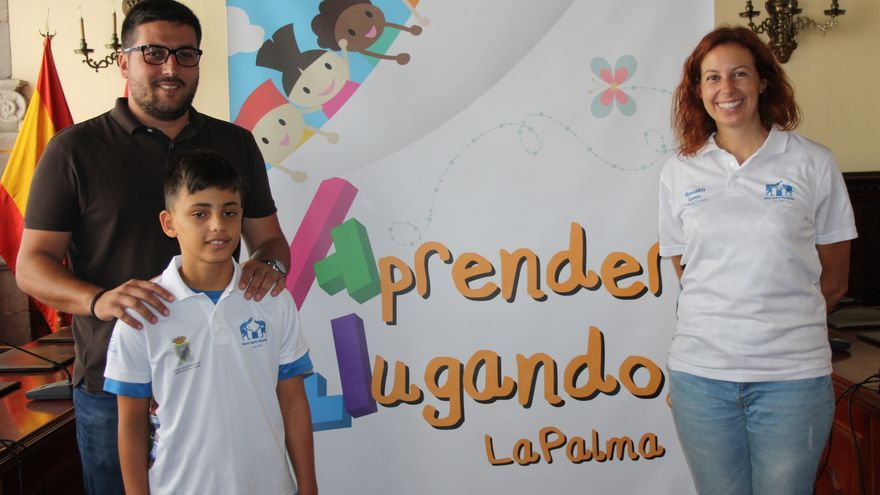 El niño Alejandro Pérez Andrada con el concejal de Deportes de la capital.