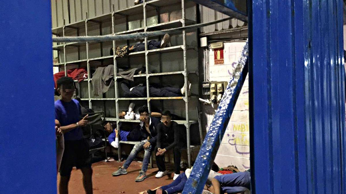 Niños durmiendo en estanterías de un polígono industrial de Ceuta