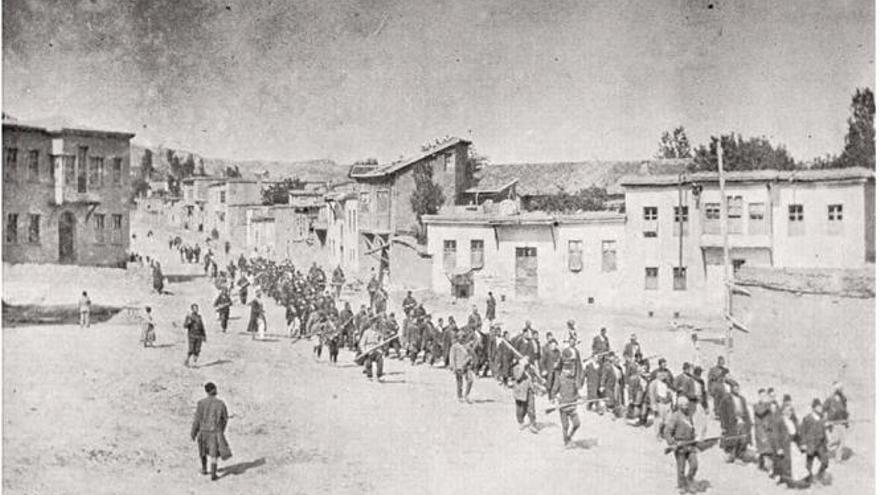 Columna de armenios prisioneros