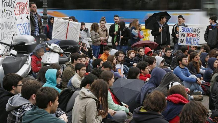 Estudiantes de la UPC hacen una clase en la avenida Diagonal, el pasado jueves (EFE)