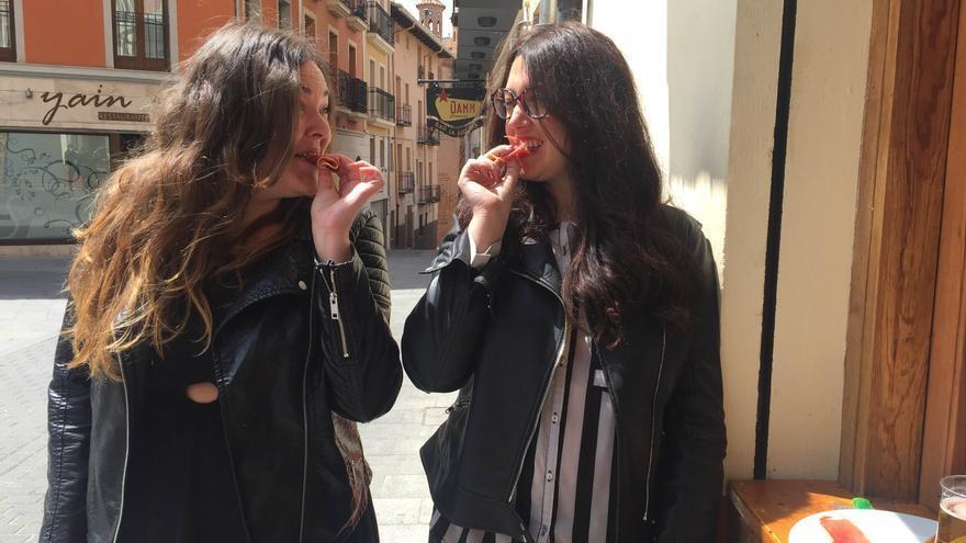 Despechadas Pinchadiscos comiendo jamón en el centro de Teruel