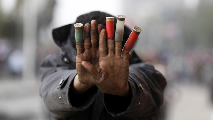 Un manifestante contra el presidente egipcio Mohamed Mursi muestra cartuchos de pistola que la policía ha empleado para disolver una manifestación en El Cairo, 27 de enero de 2013. © REUTERS/Amr Abdallah Dalsh