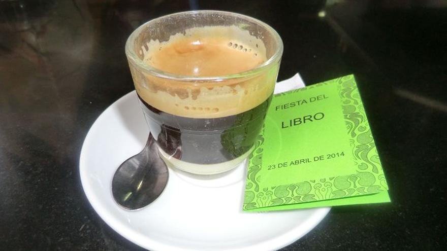 En la imagen, un mini libro junto a un café.