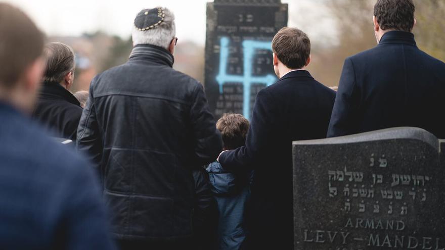 El presidente francés, Emmanuel Macron, visitó este martes el cementerio judío profanado por antisemitas.