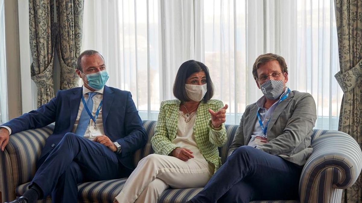 El Alcalde de Madrid, José Luis Martínez Almeida (d), junto al de Las Palmas de Gran Canaria, Augusto Hidalgo(i), y la ministra de política territorial, Carolina Darias (c)