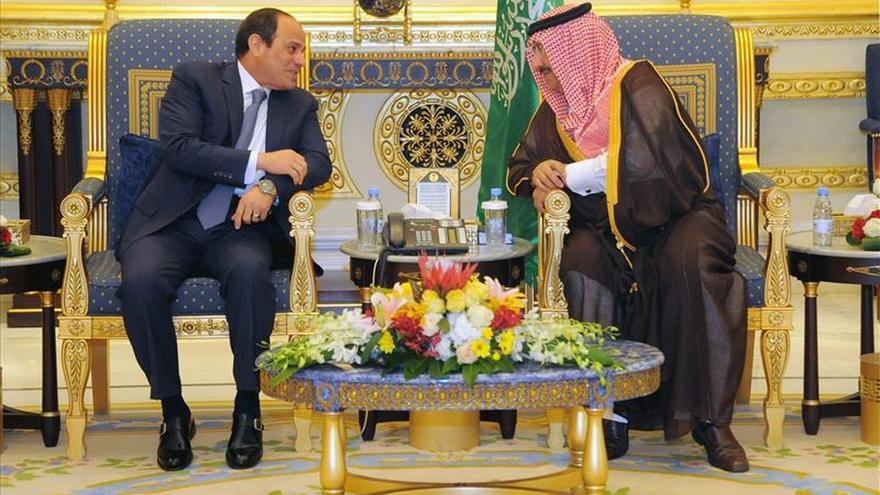 El presidente egipcio visita Riad tras profundos cambios en la línea sucesoria