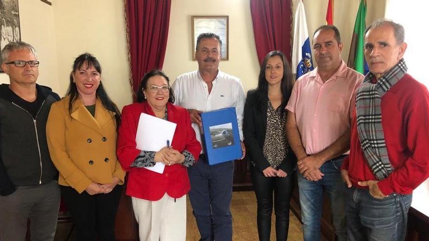 Autoridades municipales y técnicos del Ayuntamiento de Puntagorda tras la concesión de la licencia.