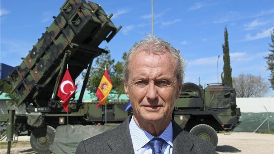 El ministro de Defensa, Pedro Morenés posa ante una lanzadera de la Batería Patriot durante la visita al contingente español en Adana (Turquía). Imagen de archivo (EFE).