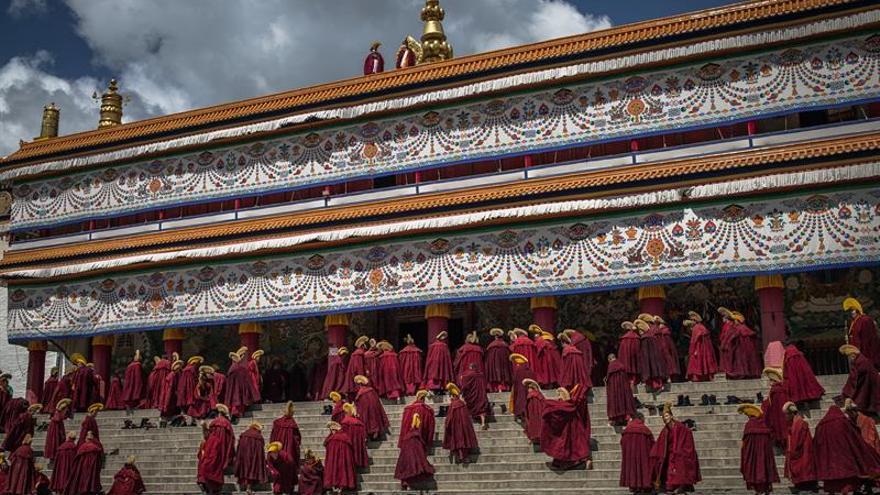 Región china prohíbe a niños tibetanos ir a clases en monasterios, según HRW