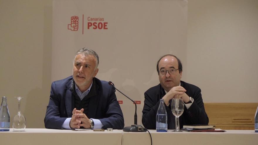 Ángel Víctor Torres, líder del PSOE en Canarias, junto a Miguel Iceta, secretario general de los socialistas catalanes.