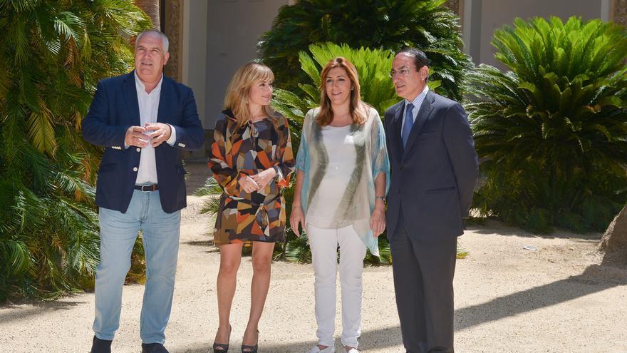 Susana Díaz junto al presidente de la CEA, Javier González de Lara, y los secretarios generales de CCOO-A y UGT-A, Francisco Carbonero y Carmen Castilla.