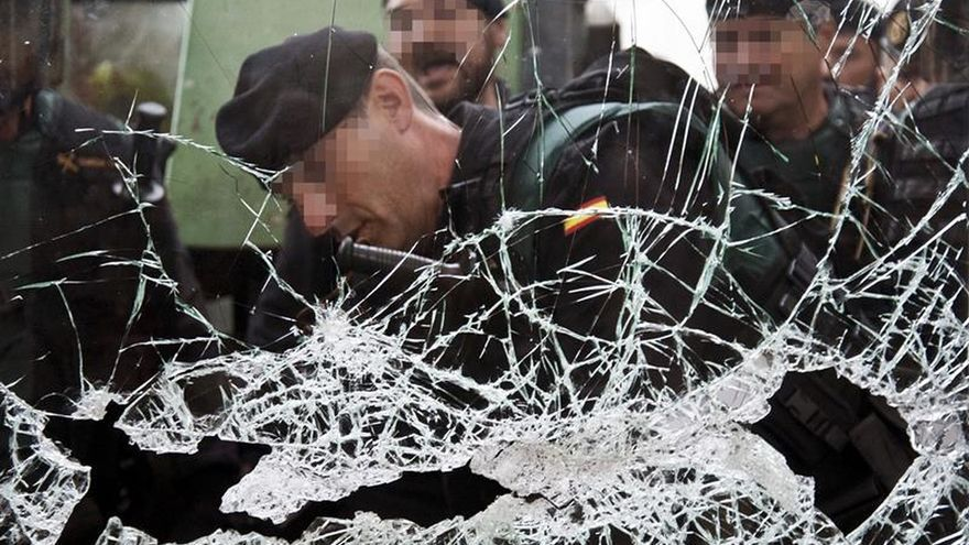 Agentes de la Guardia Civil rompen la puerta del colegio donde tenía que votar Puigdemont