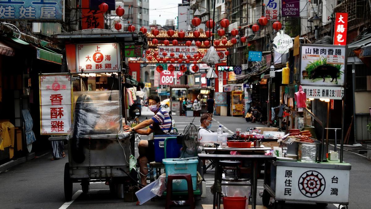 Vendedores ambulantes esperan clientes en una calle de Taipei. EFE/EPA/RITCHIE B. TONGO