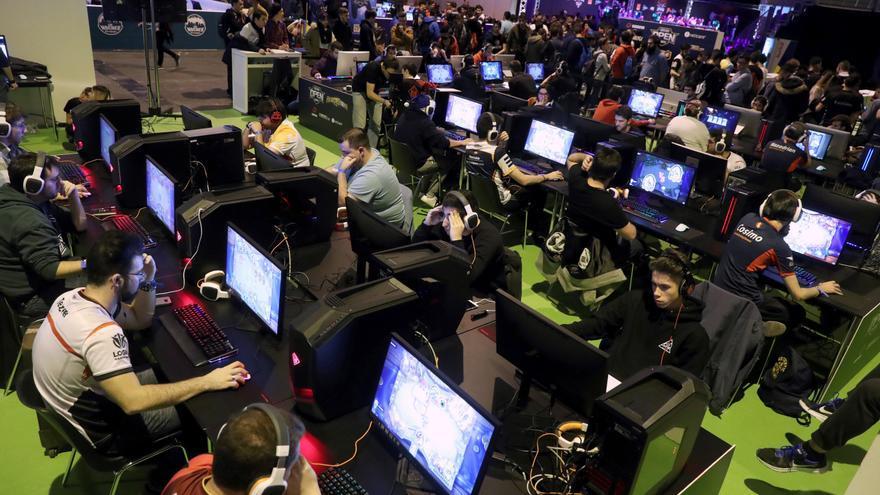 Varios jugadores en la octava edición de la Gamergy en Madrid, la mayor competición de eSports en España, este 15 de diciembre de 2017.