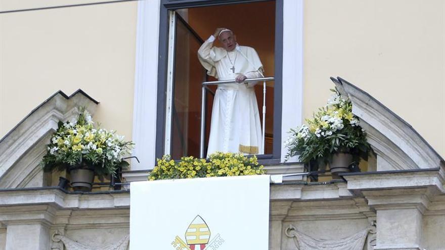 El papa Francisco atravesó la puerta del campo de extermino de Auschwitz
