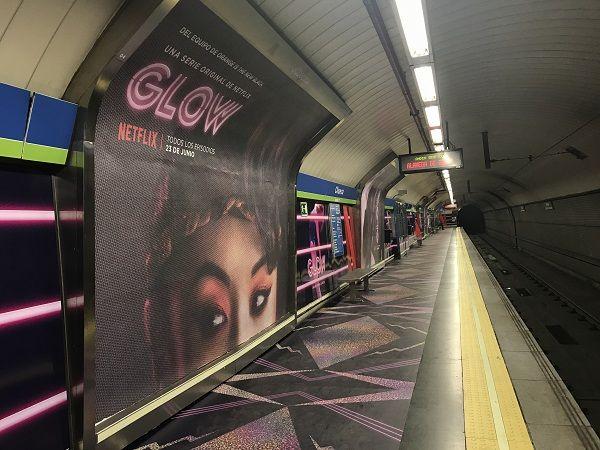 Andén de la estación de Chueca con la nueva campaña de Netflix   Fotografía: Somos Chueca