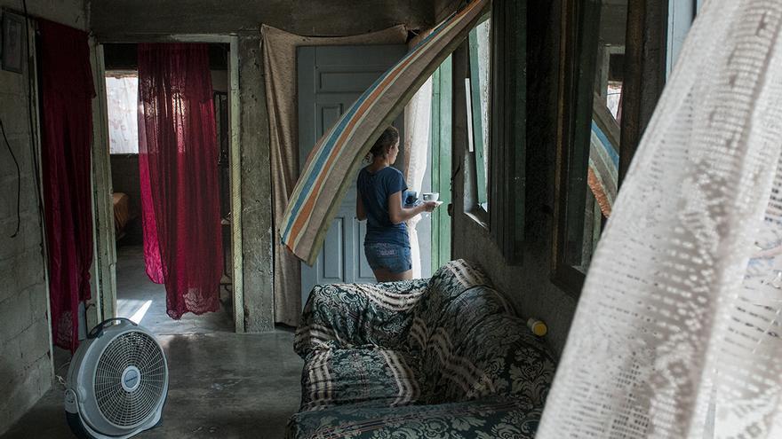 La mayor parte de las casas de Cerrito Lindo son de bloques de cemento y madera con techo de lámina y cortinas como puertas; el aire del ventilador corre por los pasillos mientras fuera, para combatir el calor, se toma café recién hervido.