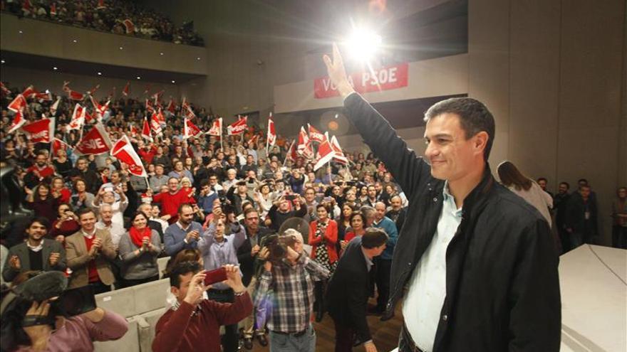 """Sánchez avisa de que no apoyar al PSOE es """"regalar el voto"""" a Rajoy"""