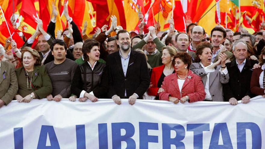 Rajoy y otros miembros del PP en una manifestación contra la política de Zapatero en 2007. EFE