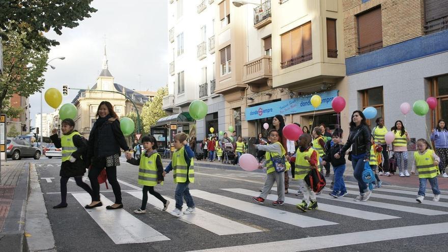 Medio centenar de escolares estrenan el 'pedibús', un autobús a pie con recorridos y paradas para ir al colegio