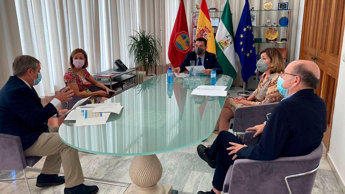 Reunión del alcalde (centro) con los responsables de Salud y el Hospital Reina Sofía para abordar la pandemia en la ciudad.