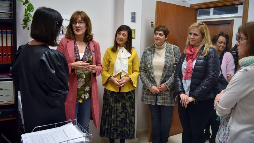 La consejera de Igualdad, Blanca Fernández, en el Centro de la Mujer de Cuenca