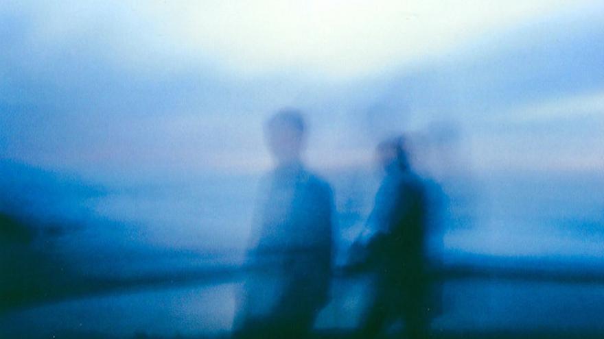 Imagen de dos personas borrosas.
