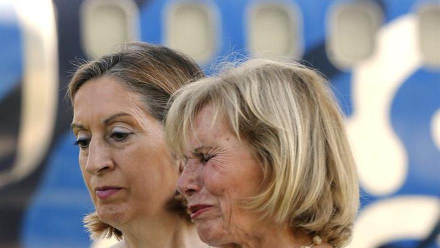 La ministra de Fomento, Ana Pastor, junto a una de los familiares de las víctimas del vuelo de Spanair. (EFE/Juan Carlos Hidalgo)
