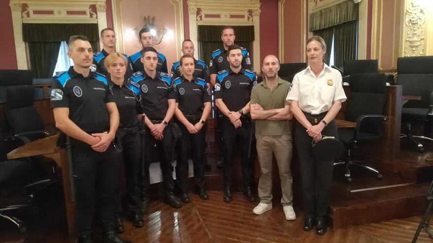 El alcalde de Ourense, con la jefa de la Policía Local y agentes del cuerpo, en un acto oficial