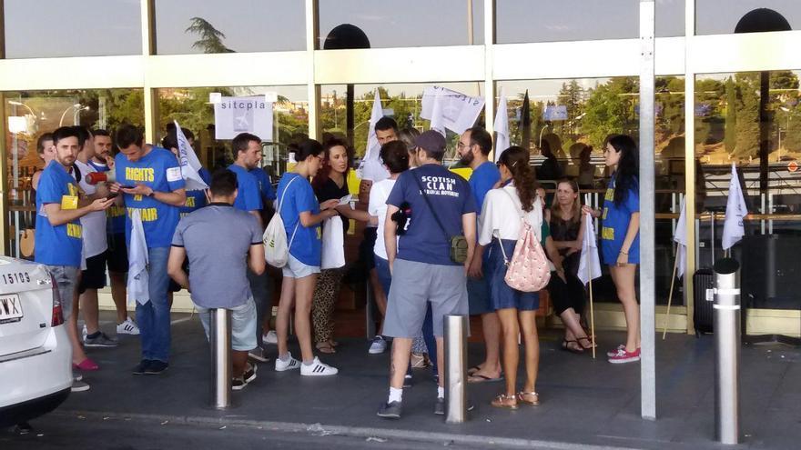 Varios trabajadores protestan en el aeropuerto de Barajas.