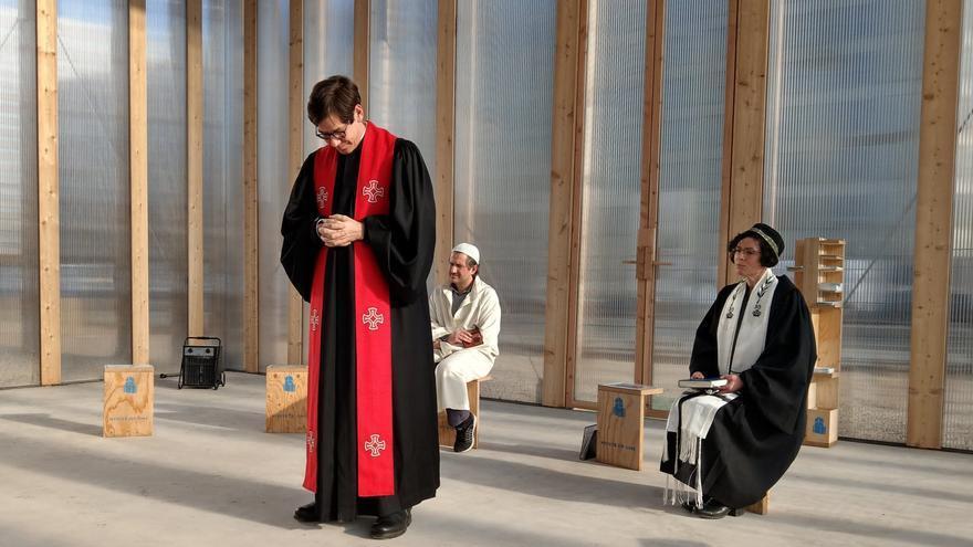 Representantes de las tres religiones en el pabellón provisional que han instalado sobre el terreno en el que se empezará a construir el templo en abril de 2020.