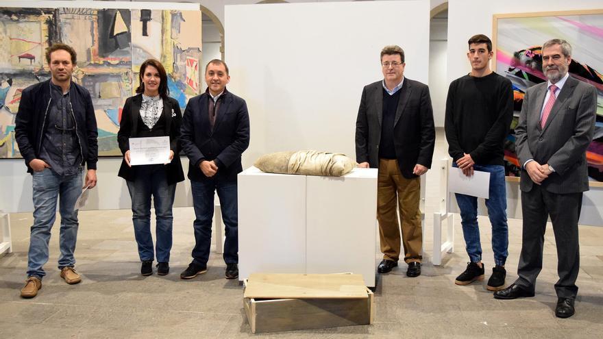 Foto de familia con la obra premiada, 'Mi almohada', y el alcalde Bermúdez, entre otros asistentes