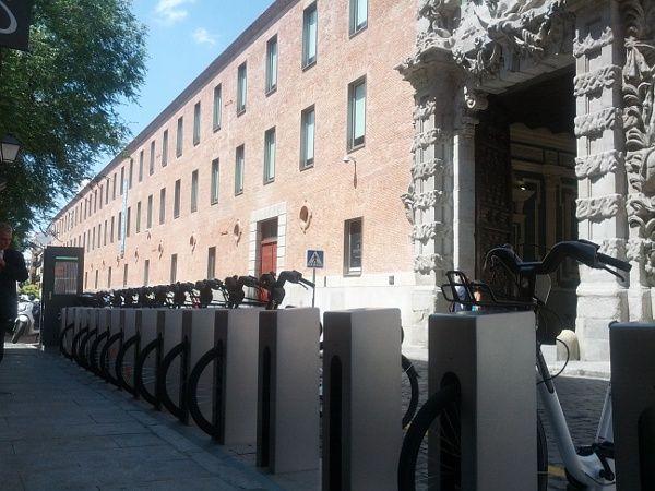 Bicicletas del nuevo servicio BiciMad frente al Conde Duque | Foto: Somos Malasaña