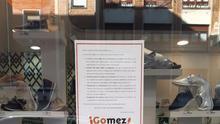 Escaparate de la zapatería Calzados Gómez en Bilbao con el cartel en contra de plataformas como Amazon