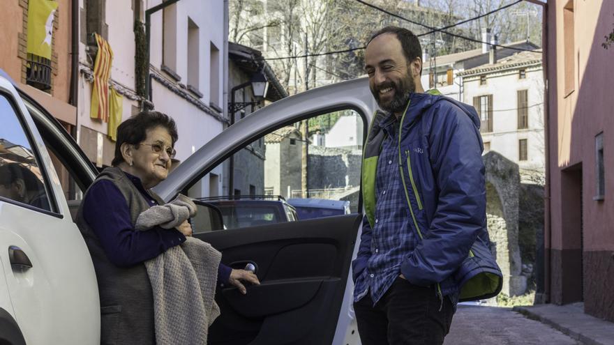 Alex Montanya, alcalde de L'Esquirol, conversa con una vecina