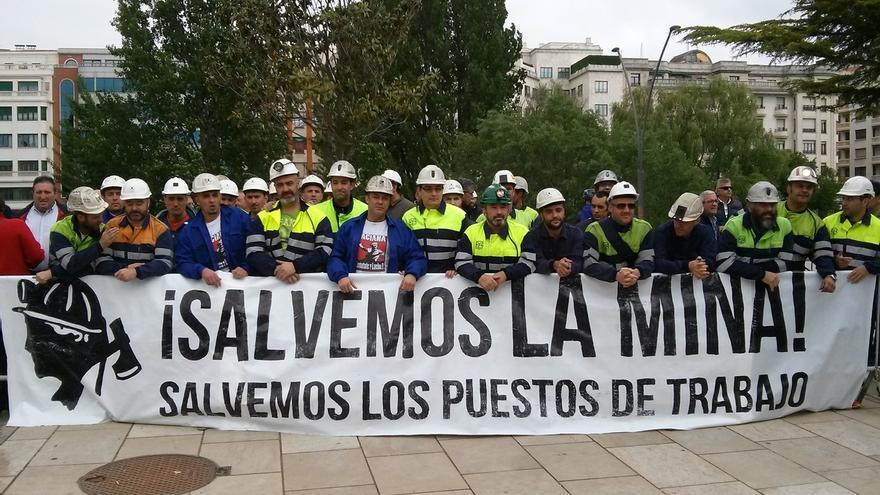 Mineros de Asturias y León reciben entre abucheos a Rajoy en Burgos
