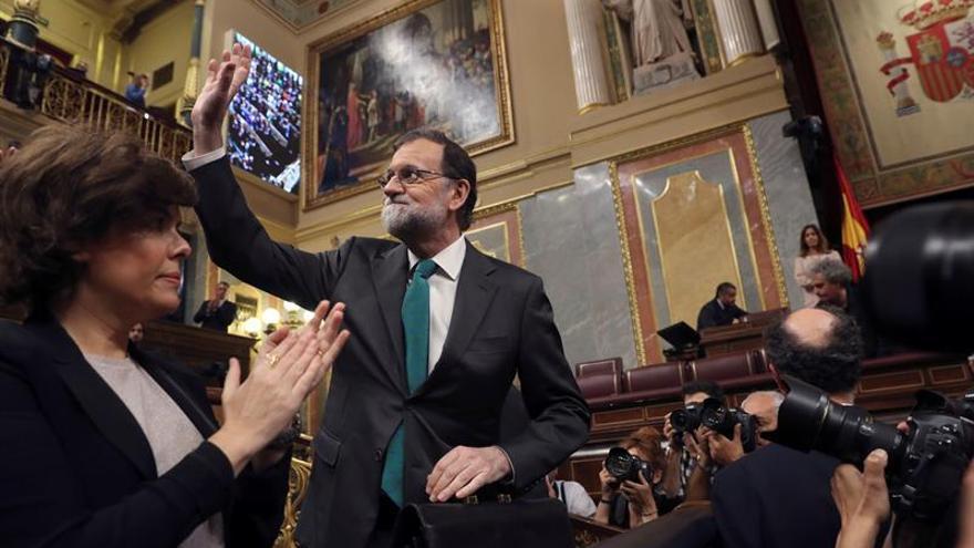El presidente del Gobierno, Mariano Rajoy, saluda a su llegada al Congreso en la primera jornada de la moción de censura.